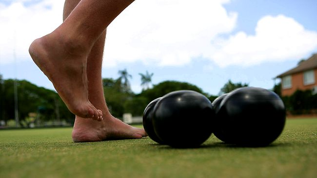 how to use a lawn bowling arm